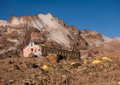 Meteostancja (3653 m) na tle szczytu Ortsveri (4300 m)