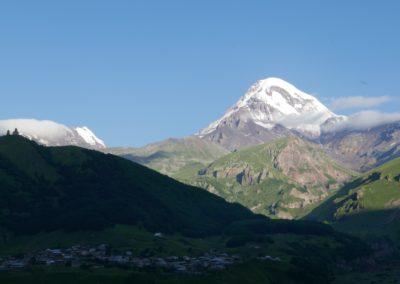 Kazbek (5047 m) widziany z tarasu Hotelu Rooms