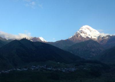 Wulkan Kazbek widziany z tarasu Hotelu Rooms w Kazbegi